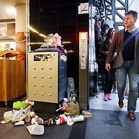 Nederland, Amsterdam , 2 mei 2014.<br /> Overvolle prullebakken en afval op de grond van Centraal Station als gevolg van een landerlijke staking van het schoonmaakpersoneel.<br /> Foto:Jean-Pierre Jans