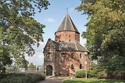 Nederland, Nijmegen, 10-9-2020  De Sint Nicolaaskapel op het valkhof, valkhofpark . Het is een stadspark met de resten van de burcht, palz, van Karel de Grote . De Karolingische kapel deel uitmakend van de verdwenen palz. De kapel is het oudste complete bouwwerk van Nederland . Foto: ANP/ Hollandse Hoogte/ Flip Franssen