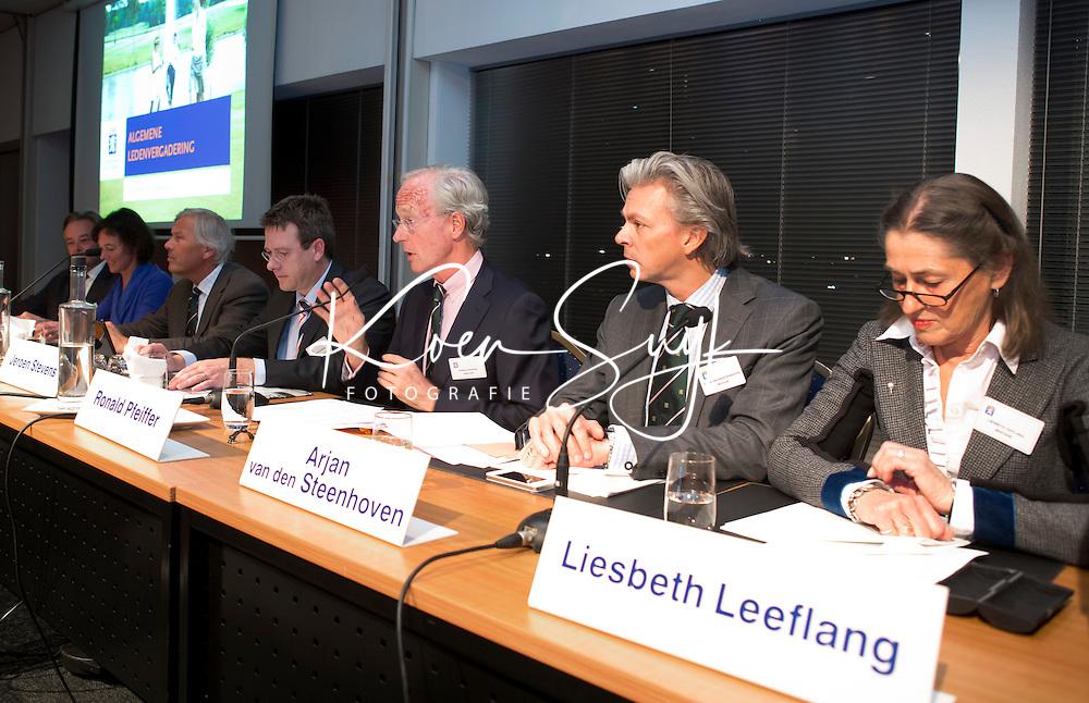 NIEUWEGEIN - Liesbeth Leeflang, Arjan van den Steenhoven, Ronald Pfeiffer, Jeroen Stevens tijdens de Najaars Algemene Ledenvergadering van de NGF in Nieuwegein. FOTO KOEN SUYK