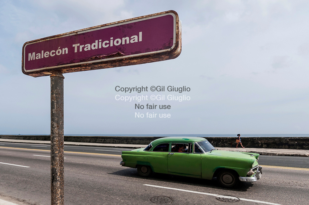 Cuba, La Havane, circulation sur Malecon au niveau de Habana Vieja // Cuba, Havana, traffic on Malecon, area of Habana Vieja