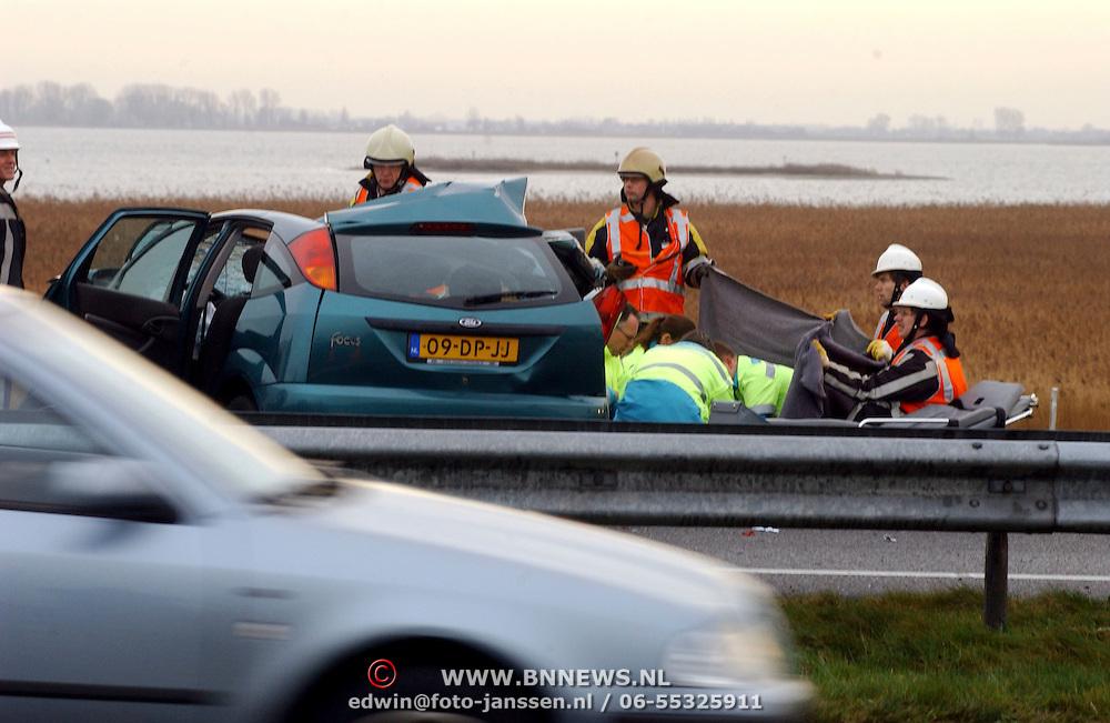 Dodelijk ongeval A27 Blaricum.brandweer, hulp, medisch,ambulance, broeder, doek, deken, afzonderen, snelweg, rijksweg