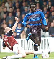 SPORTSBEAT 01494 783165<br /> PICTURE ADY KERRY .<br /> GILLINGHAM VS IPSWICH TOWN<br /> GILLINGHAM'S PATRICK AGYEMANG CHALLENGES WITH IPSWICH'S JOHN MCGREAL, 17TH APRIL 2004.