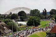 Nederland, Nijmegen, 17-7-2007..Vierdaagselopers op de oosterhoutsedijk, waar vorig jaar veel mensen bezweken. Nu ging het goed...Foto: Flip Franssen/Hollandse Hoogte
