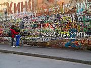 """Moskau/Russische Foederation, RUS, 07.05.2008: Gedenkmauer fuer den russischen Rocksaenger Wiktor Zoi der Band """"KIno"""" im Moskauer Stadteil Arbat. Am Hoehepunkt ihrer Karriere, nach Konzerten in ausverkauften Stadien, verunglueckte der Frontmann Zoi nach Aufnahmen in Lettland mit seinem Auto toedlich.<br /> <br /> Moscow/Russian Federation, RUS, 07.05.2008: Memorial for the Russian singer Victor Zoi and the band """"Kino"""" in close to the Moscow Arbat street."""