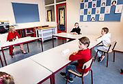 Oud-Beijerland , 18-02-2021, Basisschool Sabina van Egmond<br /> <br /> Koningin Maxima tijdens  een werkbezoek gebracht aan Christelijke Basisschool (CBS) Sabina van Egmond in Oud-Beijerland. Koningin Maxima liet zich door de leraren, leerlingen en enkele ouders informeren over de effecten van de coronapandemie en de lockdown op het basisonderwijs. Zij bezocht de locatie Sportlaan en sprak online met leerlingen van de locatie Poortwijk. <br /> <br /> Queen Maxima paid a working visit to the Christian Primary School (CBS) Sabina van Egmond in Oud-Beijerland. Queen Máxima was informed by teachers, students and some parents about the effects of the corona pandemic and the lockdown on primary education. She visited the Sportlaan location and spoke online with students from the Poortwijk location.