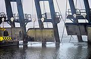 Nederland, Grave, 31-12-2016Een aannemer probeert de schade vast te stellen aan de zwaar beschadigde stuw van Grave. Het schip wat er tegenaan voer heeft vijf stuwdeuren ontzet en kapot gemaakt. Met een onderwatercamera wordt de schade ondert de waterspiegel opgenomen. Het lijkt erop dat de stuw en sluis lang buiten gebruik zal zijn waardoor grote economische schade ontstaat voor de binnenvaart en het transport op de Maas richting rotterdamse haven.Foto: Flip Franssen