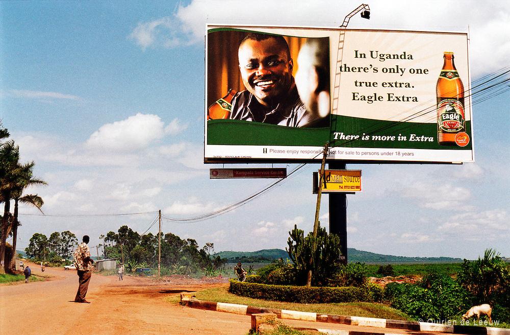 """Bierreclame in Afrika. """"In Uganda there's only one true extra. Eagle Extra."""" <br /> Eagle is een merk van de grote bierbrouwer SABMiller uit het Verenigd Koninkrijk."""