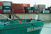 Duitsland, Duisburg, 29-10-2002..Containeroverslag in de binnenhaven van Ruhrort bij Duisburg .Matrozen doen onderhoud.  Continerhaven, mtc, transport, vracht, vervoer, logistiek, economie...Foto: Flip Franssen/Hollandse Hoogte