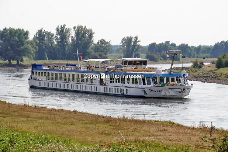 Nederland, Zutphen, 11-8-2020  Een zwitsers schip maakt met duitse passagiers een reije over de nederlandse rivieren . Deze  cruise gaat over de ijssel .  De passagiers op dek hebben een mondkapje, mondmasker, op vanwege de corona, covid19, die de wereld in zijn greep houdt .Foto: ANP/ Hollandse Hoogte/ Flip Franssen