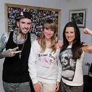 NLD/Hoorn/20120501 - Danielle Frederiks - van Aalderen laat namen kinderen tatoeeren door Ben Saunders, met Diana Janssen