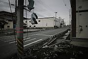 Le réseau routier a été reconstruit et rehaussé de 60 cm. Il relit le centre ville au quartier du port et se prolonge jusquà la sortie de la ville..Cet axe principal de la ville fut noyé en partie pendant plusieurs semaines, limitant les aides et les possibilités daccès aux zones sinistrées. .Plus loin, je constate encore la force du tsunami. Une fondation en béton séparée de la construction quelle portait, sest trouvée déplacée de plusieurs mètres et déposée en diagonale à la limite de la chaussée. Je suis à un kilomètre du littoral.