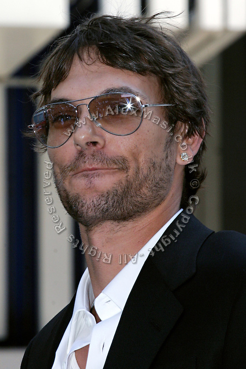 Kevin Federline, husband of the famous singer Britney Spears, is portrayed moments before signing a petition in collaboration with Virgin, during a Virgin Mobile promotion event at Time Square, New York, on Wednesday, June 21, 2006. The petition against the abolition of the Penny coin, sponsored by Virgin Mobile, will be then sent over to lawyers in Washington. After this extraordinary event, Virgin Mobile will allow customers to buy 1000 text messages a month for only $9.99, just one humble penny per text.  **ITALY OUT**