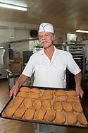 """James Tilander visar upp storsäljaren """"Astoria Cinnamon Toast"""". En typ av skorpa med kanel och strösocker. Home Bakery sänder skorporna över hela USA, från New York City till Alaska. <br /> <br /> James Tilander är bagare som driver bageriet Home Bakery i Astoria, Oregon. 1910 startades Home Bakery av tre finska emigranter Elmer Wallo, Charlie Jarvanin och Arthur A. Tilander. James Tilander är barnbarn till Arthur A. Tilander.<br /> <br /> Foto: Christina Sjögren"""