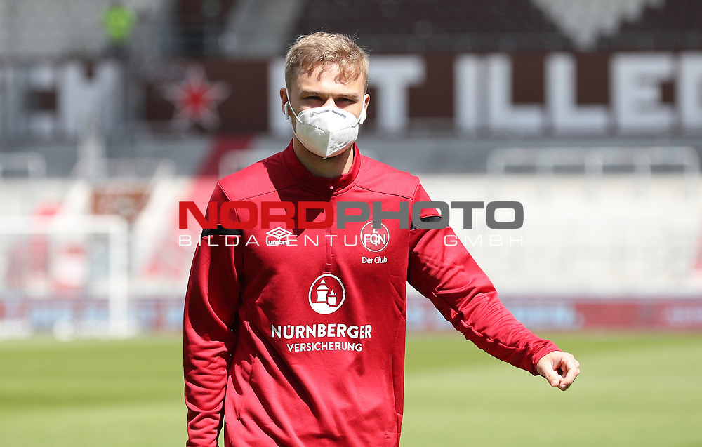 nph00001  17.05.2020 --- Fussball --- Saison 2019 2020 --- 2. Fussball - Bundesliga --- 26. Spieltag: FC Sankt Pauli - 1. FC Nürnberg ---  DFL regulations prohibit any use of photographs as image sequences and/or quasi-video - Only for editorial use ! --- <br /> <br /> Tim Handwerker (6, 1. FC Nürnberg ) mit Mundschutz Maske <br /> <br /> Foto: Daniel Marr/Zink/Pool//via Kokenge/nordphoto