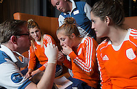 ZWOLLE - vlnr Valerie Magis, Xan de Waard en Marloes Keetels. Bitje happen voor de vrouwen van het Nederlands hockeyteam, Het aanmeten van een mondbeschermer. in aanloop van de Champions Trophy in Mendoza (Argentinie).  COPYRIGHT KOEN SUYK