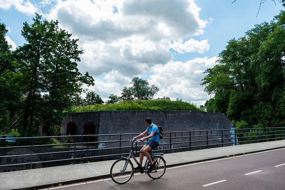 In Utrecht fietst een man langs de waterlinie.<br /> <br /> In Utrecht a man cycles along the water defence line.