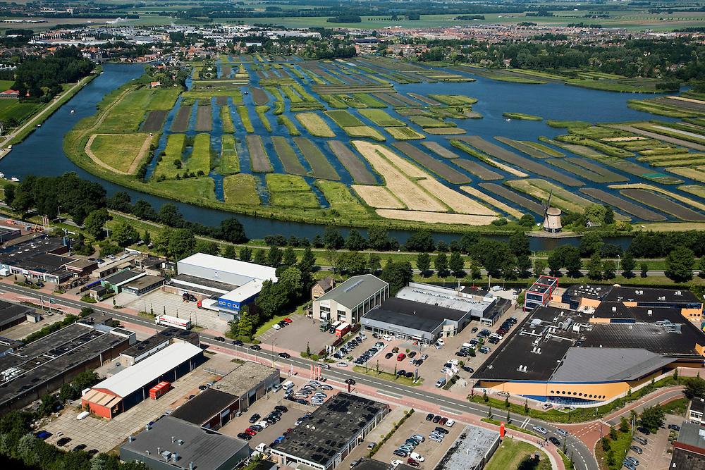 Nederland, Noord-Holland, Broek op Langedijk, 14-07-2008; Gemeente Langedijk; zicht op het bedrijventerrein Zandhorst (Broekhornpolder), aantasting van het landschap van de Polder Heerhugowaard; op het tweede plan natuurgebied Oosterdel, ingeklemd tussen de bebouwing, laatste restantje ongerepte natuur, in beheer bij Staatsbosbeheer; het 'duizend eilandenrijk' , voormalige veengronden, is ontstaan door ontwatering / afgraven van veen en maakt deel uit van de Provinciale Ecologische Hoofdstructuur (EHS); verrommeling, verpaupering van het landschap; bedrijvenloods, doos, dozen, bedrijfshal.small nature reseve, left over from peatland polder, sandwiched between business parks and residential areas; visual pollution of the landscape. ;.Swart Collection, aerial view / aerial photo ; .. luchtfoto (toeslag); aerial photo (additional fee required); .foto Siebe Swart / photo Siebe Swart