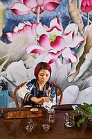 Chine, Province du Yunnan, region de Xishuangbanna, marché de thé, ceremonie du thé // China, Yunnan, Xishuangbanna district, tea ceremony in tea shop