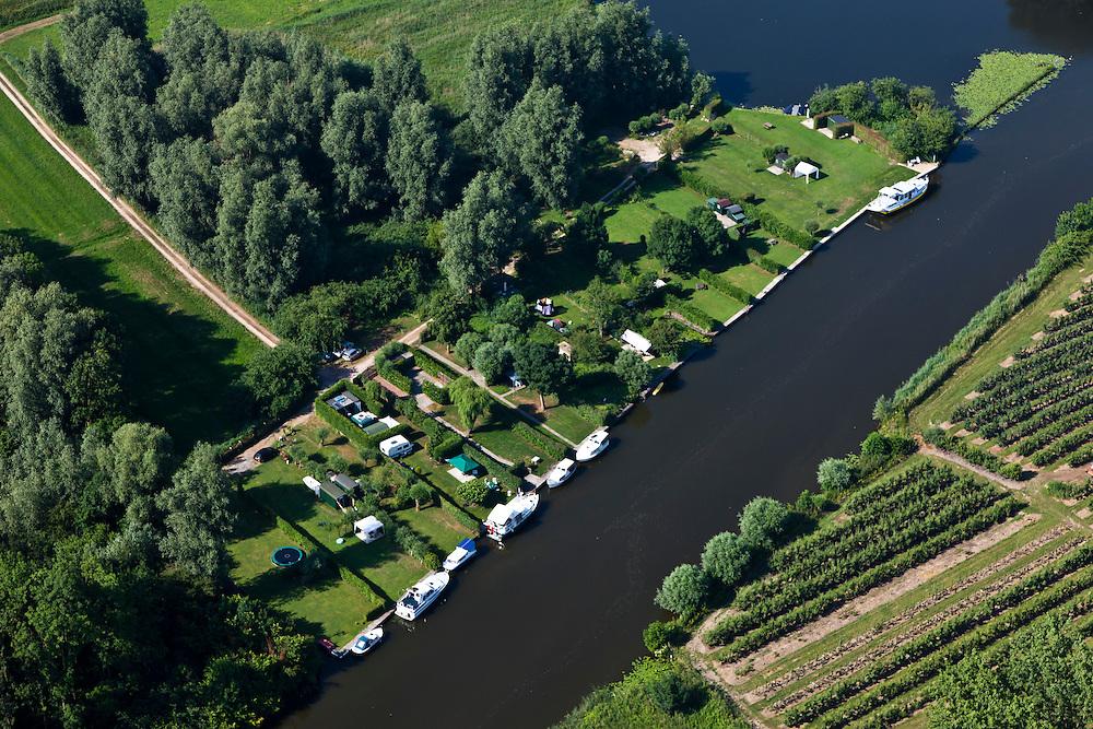 Nederland, Gelderland, Gemeente Lingewaal, 08-07-2010; camping en afgemeerde plezierjachtjes aan de Linge in Asperen..Camping and yachts moored along the Linge in Asperen.luchtfoto (toeslag), aerial photo (additional fee required).foto/photo Siebe Swart