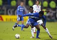 Fotball<br /> Frankrike 2004/05<br /> Lyon v Auxerre<br /> 27. november 2004<br /> Foto: Digitalsport<br /> NORWAY ONLY<br /> BENJANI MWARUWARI (AUX) / MAHAMADOU DIARRA (LYON)