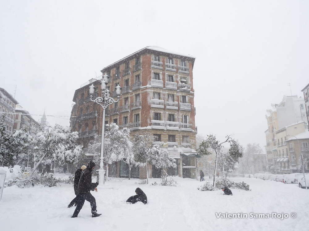 Madrid, Spain. 9 th January, 2021. A family playing in the snow at Cascorro square. Storm Filomena hits Madrid (Spain), a weather alert was issued for cold temperatures and heavy snow storms across Spain; according to the weather agency Aemet is expected to be one of the snowiest days in recent years. © Valentin Sama-Rojo.