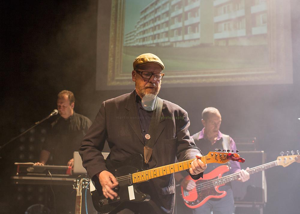 """Thomas Schwebel, Gruendungsmitglied der Gruppe Fehlfarben, bei einem Konzert in der Berliner Volksbuehne am 27. Juni 2017. Im Hintergrund Kurt """"Pyrolator"""" Dahlke (links) und Michael Kemner."""