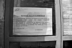 Avviso affisso alla porta di ingresso di una stazione ferroviaria delle linee SUD EST. Reportage che racconta le situazioni che si incontrano durante un viaggio lungo le linee ferroviarie SUD EST nel Salento.