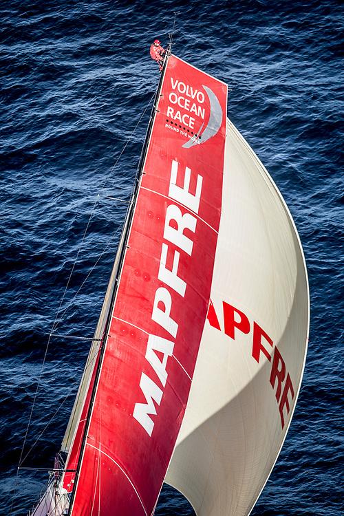 © María Muiña I MAPFRE: MAPFRE El equipo de tierra del Desafío MAPFRE y el equipo del astillero de Volvo Ocean Race pinchan el nuevo mástil del VO65 MAPFRE en Lisboa. MAPFRE shore crew and the Volvo Ocean Race boatyard stepping the new mast of VO65 MAPFRE in Lisbon.
