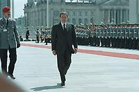 05 JUL 2001, BERLIN/GERMANY:<br /> Gerhard Schroeder, SPD, Bundeskanzler, nach der Begruessung des Wachbataillons der Bundeswehr das zur Begruessung eines Staatsgastes mit militärischen Ehren im den Hof des Bundeskanzleramtes angetreten ist<br /> IMAGE: 20010705-01/01-09<br /> KEYWORDS: Bundeswehr, army, Soldat, Soldaten, Uniform, Gerhard Schröder