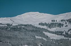 """THEMENBILD - Skispuren führen im Tiefschnee vom Gipfel der """"Schwalbenwand"""" in Thumersbach, aufgenommen am 06. Februar 2020 in Zell am See, Oesterreich // Ski tracks lead in deep snow from the summit of the """"Schwalbenwand"""" in Thumersbach, in Zell am See, Austria on 2020/02/06. EXPA Pictures © 2020, PhotoCredit: EXPA/Stefanie Oberhauser"""