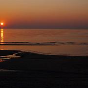 Beachclub Vroeger bestaat 1 jaar, ondergaande zon aan zee.opgaande, vloed, water, lucht, strand, zand