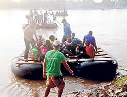 October 8, 2016 - Mexico - EUM20161008NAC17.JPG.TAPACHULA, Chis. ImmigrationInmigración-Chiapas.- Todos los días, decenas de migrantes africanos y haitianos cruzan en balsas construidas con neumáticos y tablas el río Suchiate, que divide a México con Guatemala. Foto: Agencia EL UNIVERSALJMA (Credit Image: © El Universal via ZUMA Wire)