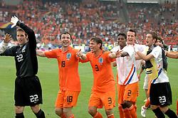 16-06-2006 VOETBAL: FIFA WORLD CUP: NEDERLAND - IVOORKUST: STUTTGART <br /> Oranje won in Stuttgart ook de tweede groepswedstrijd. Nederland versloeg Ivoorkust met 2-1 / Nederland viert zijn overwinning matTimmer, van Bommel, Boulahrouz, Jaliens en Stekelenburg<br /> ©2006-WWW.FOTOHOOGENDOORN.NL