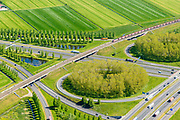 Nederland, Gelderland, Gemeente Zaltbommel, 23-08-2016; verkeersknooppunt Deil, A15 en A2 (vlnr). Parallel aan de A15 de Betuweroute, met goedereentrein. <br /> Deil junction, main motorway A15 (Rotterdam Harbour - Germany) crossing motorway A2 to the South. Freight track Betuweroute with train.<br /> <br /> aerial photo (additional fee required); luchtfoto (toeslag op standard tarieven); copyright foto/photo Siebe Swart