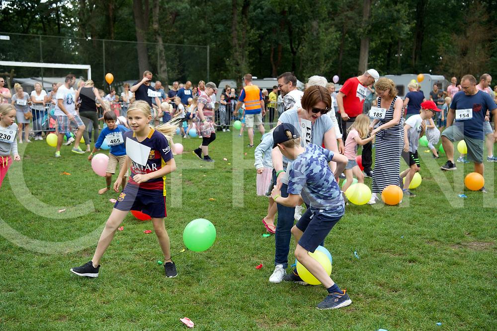 OMMEN - Recodpoging ballon trappen<br /> Foto: 500 mensen aan het schoppen<br /> FFU Press Agency copyright Frank Uijlenbroek