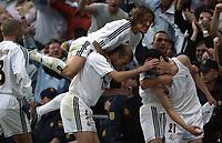 Fotball<br /> Spania 2003/04<br /> Real Madrid v Barcelona<br /> 25. april 2004<br /> Foto: Digitalsport<br /> NORWAY ONLY<br /> Roberto Carlos, Michel Salgado, Zinedine Zidane og Raul Bravo feirer målet til Santiago Solari (t.h) - alle Real