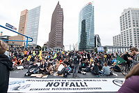 20 SEP 2019, BERLIN/GERMANY:<br /> Demonstranten blockieren waehrend einer Aktion von extinction rebellion die Kreuzung am Potsdamer Platz, nach der Fridays for Future Demonstration fuer Massnahmen zur  Begrenzung des Klimawandels<br /> IMAGE: 20190920-01-113<br /> KEYWORDS: Demo, Demonstrant, Protest, Protester, Demonstration, Klima, climate, change