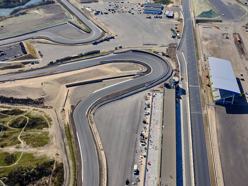 Nederland, Noord-Holland, Zandvoort; 23-03-2020; Circuit Zandvoort. Het circuit na de verbouwing en in gereedheid voor Grand Prix Formule 1-races en de Grote Prijs van Nederland. Het rechte stuk bij de tribune en de Hugenholtzbocht. De races zijn uitgesteld ivm de Corona crisis.<br /> Zandvoort circuit. The track after the renovation and ready for Grand Prix Formula 1 races and the Grand Prix of the Netherlands. The races have been postponed due to the Corona crisis.<br /> <br /> luchtfoto (toeslag op standaard tarieven);<br /> aerial photo (additional fee required)<br /> copyright © 2020 foto/photo Siebe Swart
