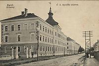 Zagreb (Croatie) : C. k. topnička vojarna. <br /> <br /> ImpresumZagreb : Naklada papirnice A. Brusina, 1906.<br /> Materijalni opis1 razglednica : tisak ; 8,9 x 14 cm.<br /> SuradnikMosinger, Rudolf(1865.–1918.)<br /> NakladnikTiskara A. Brusina<br /> Mjesto izdavanjaZagreb<br /> Vrstavizualna građa • razglednice<br /> ZbirkaGrafička zbirka NSK • Zbirka razglednica<br /> Formatimage/jpeg<br /> PredmetZagreb –– Ilica<br /> SignaturaRZG-ILIC-2<br /> Obuhvat(vremenski)20. stoljeće<br /> NapomenaRazglednica je putovala 1907. godine. • U lijevom donjem kutu poleđine razglednice otisnut je monogram Rudolfa Mosingera.<br /> PravaJavno dobro<br /> Identifikatori000953344<br /> NBN.HRNBN: urn:nbn:hr:238:389414 <br /> <br /> Izvor: Digitalne zbirke Nacionalne i sveučilišne knjižnice u Zagrebu