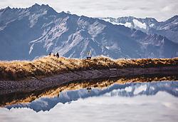 THEMENBILD - Wanderer gehen am Rande eines Bergsees und spiegeln sich im glatten Wasser. Im Hintergrund die Hohen Tauern, aufgenommen am 12. Oktober 2018, Mittersill, Österreich // Hikers walk on the edge of a mountain lake and are reflected in the smooth water. In the background the Hohe Tauern on 2018/10/12, Mittersill, Austria. EXPA Pictures © 2018, PhotoCredit: EXPA/ Stefanie Oberhauser