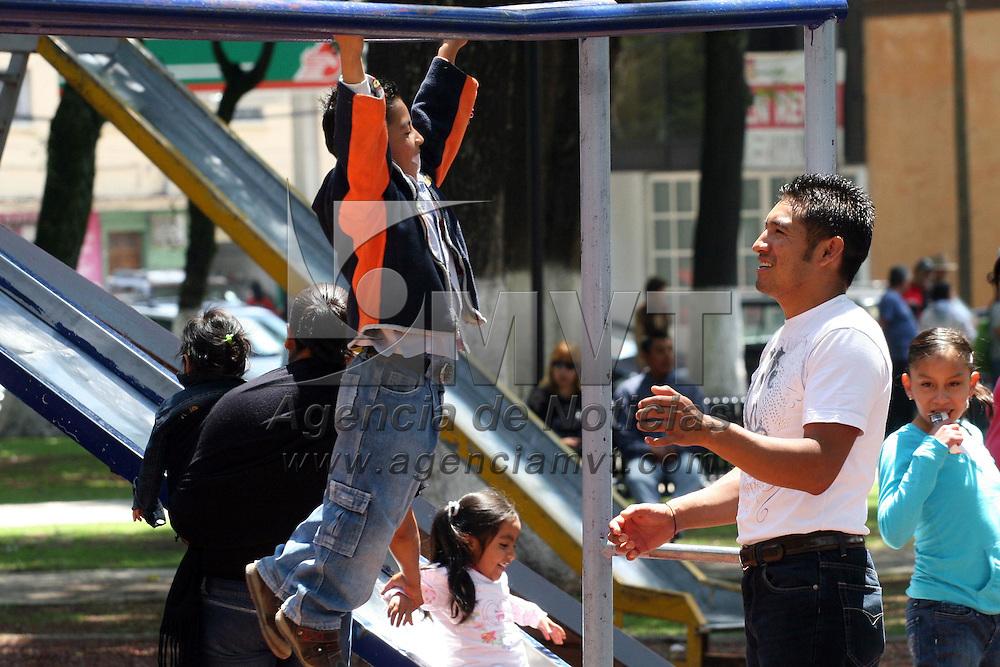 Toluca, Mex.- Este domingo se celebró el día del padre, varios padres de familia aprovecharon este día estando con sus hijos a los que llevaron a parque y áreas de juegos donde convivieron por largo rato. Agencia MVT / José Hernández. (DIGITAL)<br /> <br /> NO ARCHIVAR - NO ARCHIVE