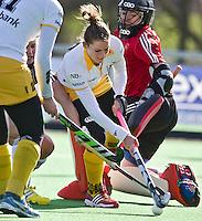 AMSTELVEEN -  Lidewij Welten van Den Bosch passeert keeper Adida Boeren tijdens de competitiewedstrijd van de hoofdklasse hockey tussen de vrouwen van Pinoke en Den Bosch (0-6). COPYRIGHT KOEN SUYK