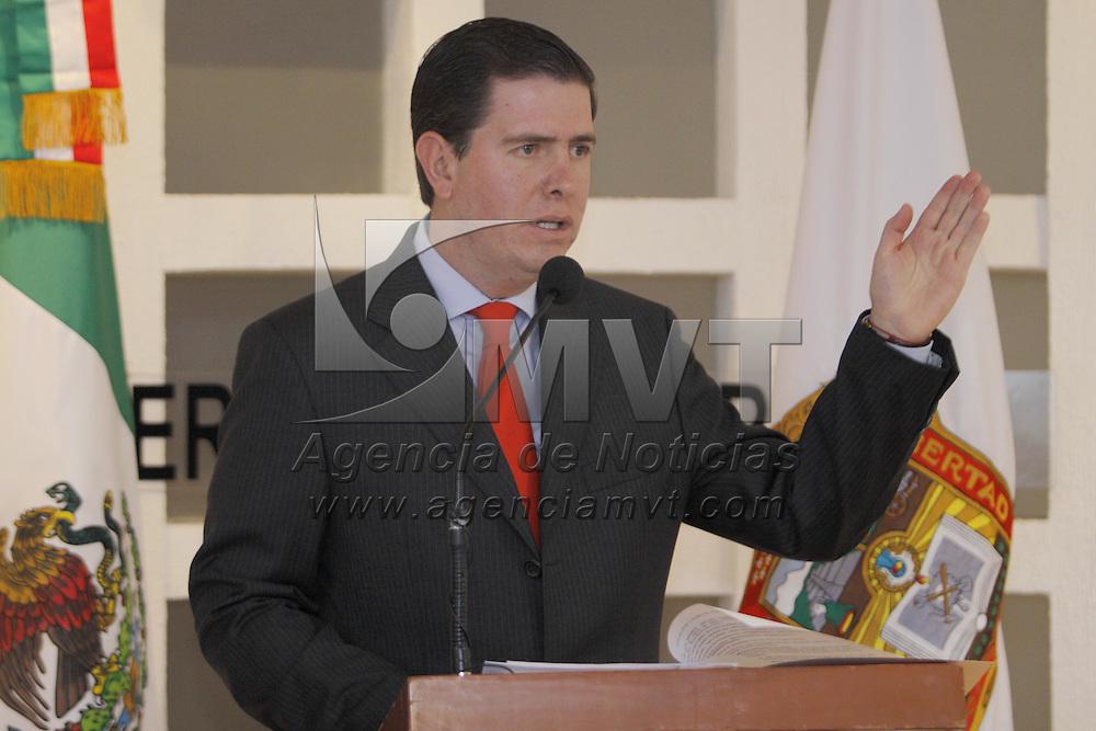 Toluca, Mex.- Alfredo Castillo Cervantes, Procurador General de Justicia del Estado de México informó en conferencia de prensa la detención de 4 personas dedicadas al robo de autos y violación en la zona limítrofe de Toluca con Metepec y Zinacantepec, y 2 personas más dedicadas al secuestro que fueron aseguradas en Hueypoxtla. Agencia MVT / Crisanta Espinosa. (DIGITAL)<br /> <br /> NO ARCHIVAR - NO ARCHIVE