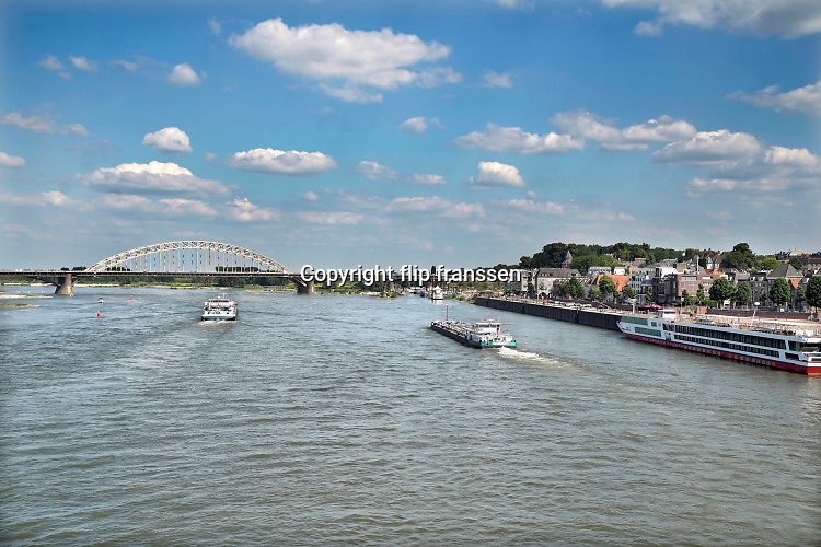 Nederland, Nijmegen, 25-6-2020 Binnenvaartschip vaart over de Waal bij Nijmegen . De Waal is het Nederlandse deel van de Rijn en de belangrijkste vaarroute van en naar Rotterdam en Duitsland . Aftakkingen zijn de minder bevaren Neder Rijn en IJssel. Foto: ANP/ Hollandse Hoogte/ Flip Franssen