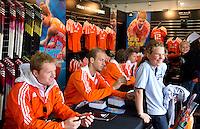 ROTTERDAM - Billy Bakker zet handtekeningen. Meet and Greet, handtekeningen verzamelen bij de hockey internationals in de Adidas stand tijdens de Rabobank Hockey World League. FOTO KOEN SUYK