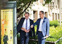 DEU, Deutschland, Germany, Berlin, 25.08.2020: Bezirksbürgermeister Reinhard Naumann (SPD) und Berlins Regierender Bürgermeister Michael Müller (SPD) schauen sich vor dem Rathaus Charlottenburg eine Infotafel über die Partnerschaften des Bezirks an.