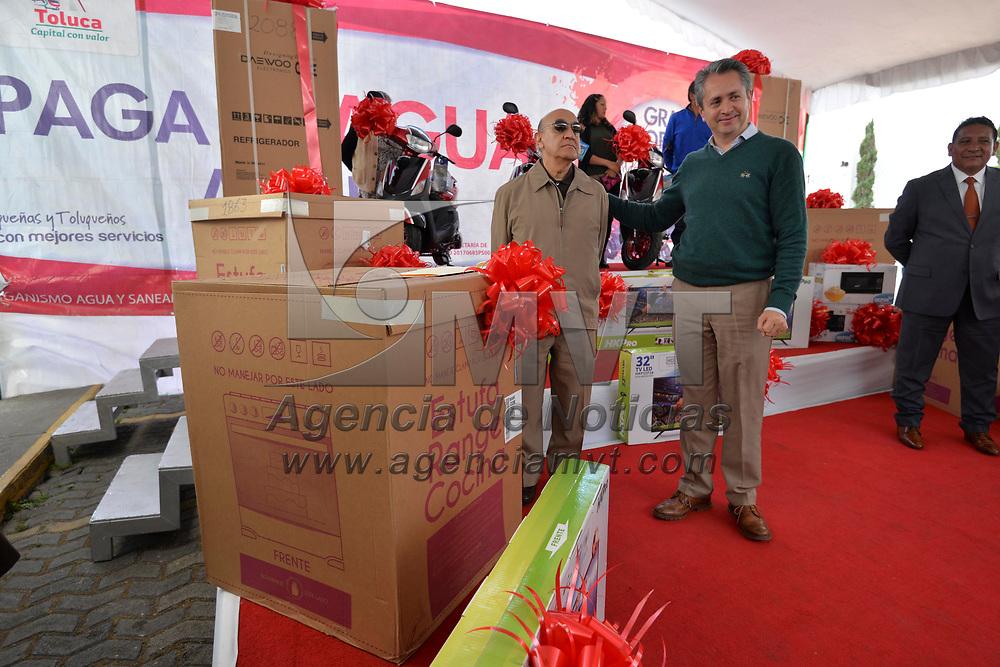 Toluca, México (Febrero 16, 2018).- El Organismo de Agua y Saneamiento de Toluca realizo la premiación de contribuyentes cumplidos, entregando un automóvil, estufas, refrigeradores, hornos de microondas, pantallas y motocicletas.  Agencia MVT / Crisanta Espinosa.