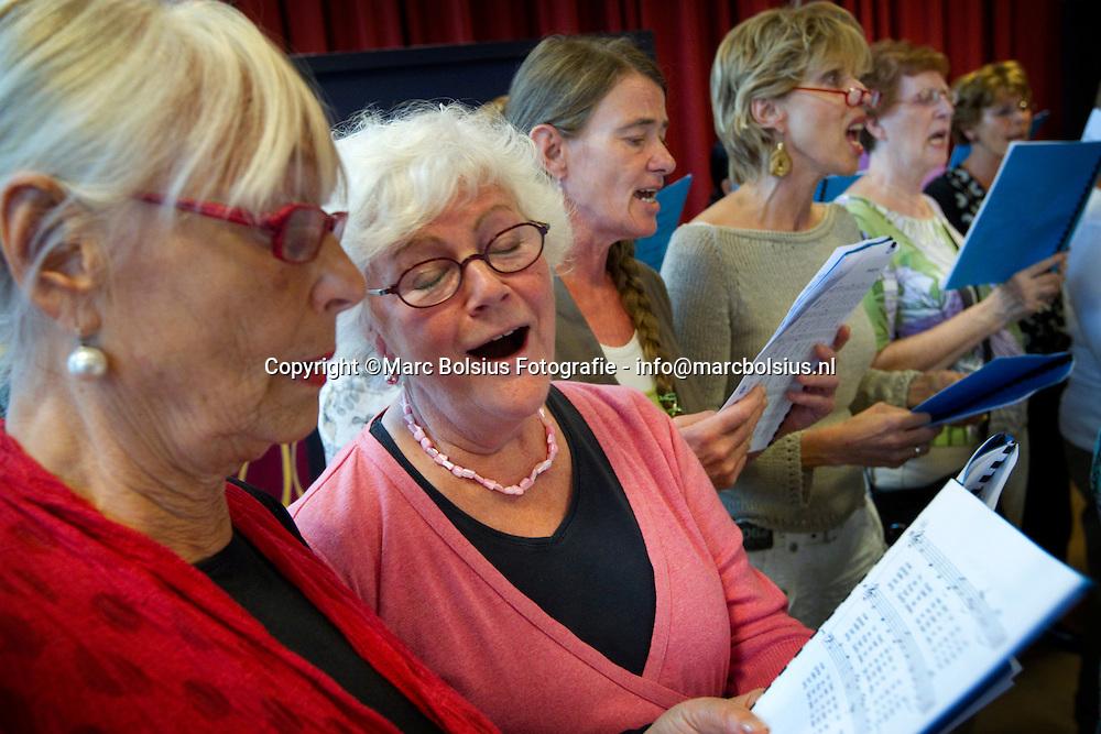 den bosch, gospel zingen in de roos als afsluiter van het zomerfestival.op de foto links judith hakkert en rrechts jossy van herpen