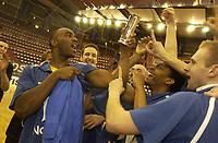 Final Four, finalen i Norgesmesterskapet i basketball for menn 2002, Jourdal  Amfi 10.02.02. Asker Aliens mot Tromsø Strom 105-73. Vinnerlaget Asker Aliens. Cory Jenkins holder Kongepokalen.<br /> foto: Geir Egil Skog, Digitalsport.