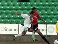 Fotball. EM-kvalifisering U21, Nadderud 1. september 2000. Norge-Armenia. John Carew, Norge i kamp med Karen Aleksanyan, Armenia. Foto: Digitalsport.